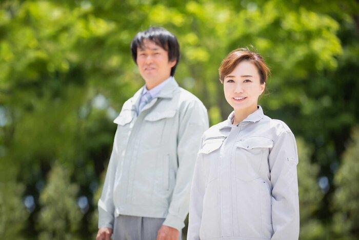 仕事着を着た夫婦