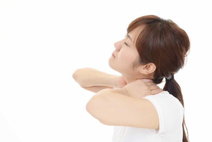 首を押さえる女性