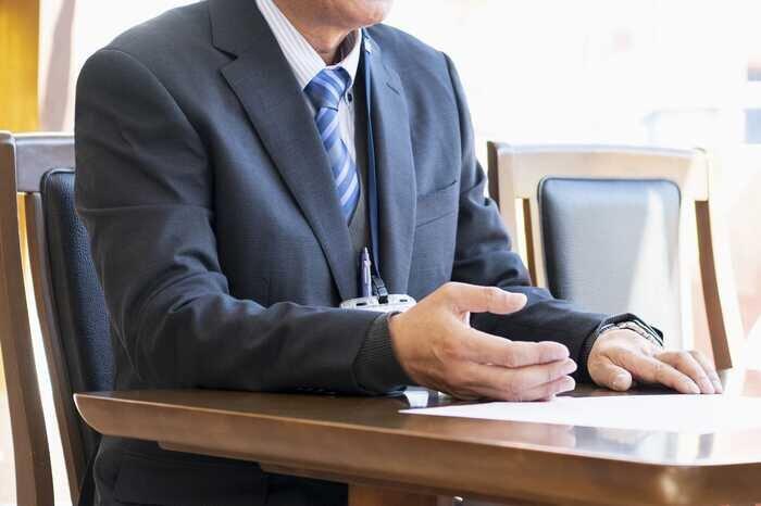 交渉をしているスーツ姿の男性
