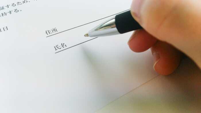 書面にサインをしている場面